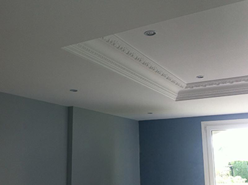 Récupération des anciennes corniches existantes puis pose d'un plafond en BA13 en créant un encaissement avec celles-ci  finition en peinture velours