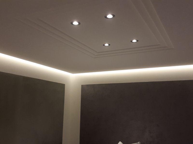 Plafond staff à éclairage indirect qui lui donne un aspect flottant et une ambiance feutré visible dans notre show-room